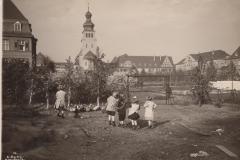 Kinder auf dem Hühnerhof