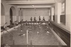 Schulknaben im Schwimmbad